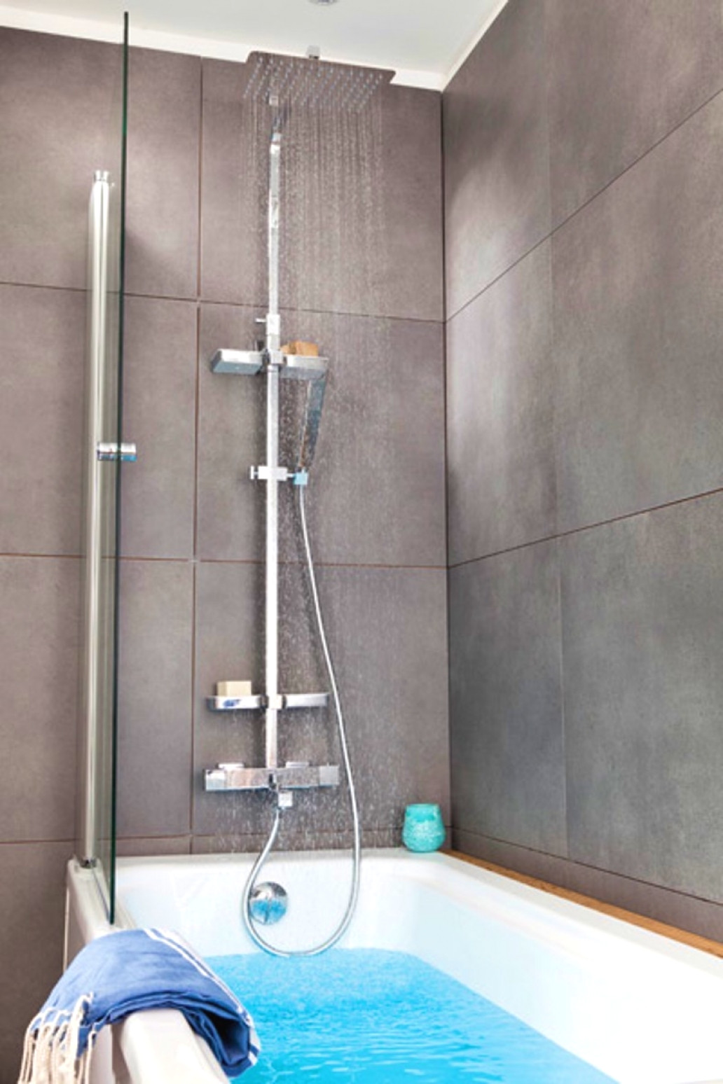 colonne de douche dans une baignoire